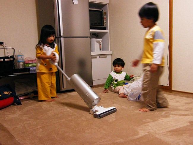 anak anak sedang membersihkan rumah