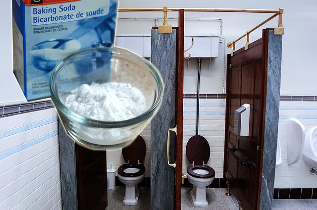 mengatasi bau toilet dengan baking soda