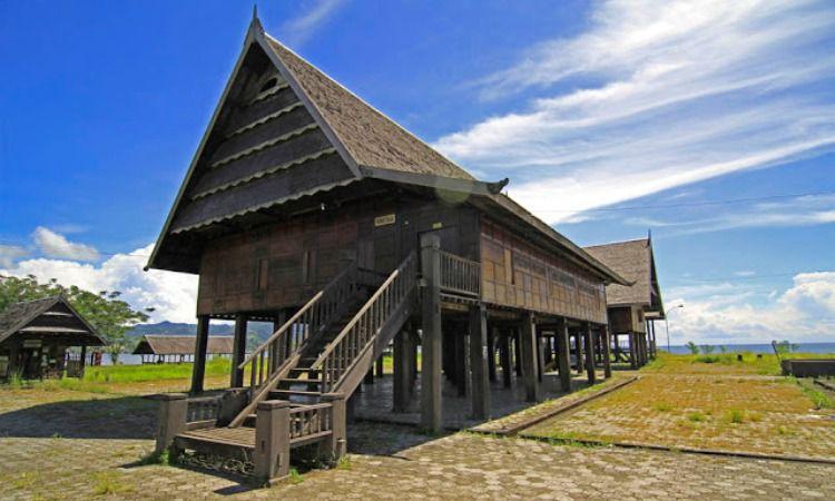 rumah adat Sulawesi Selatan.