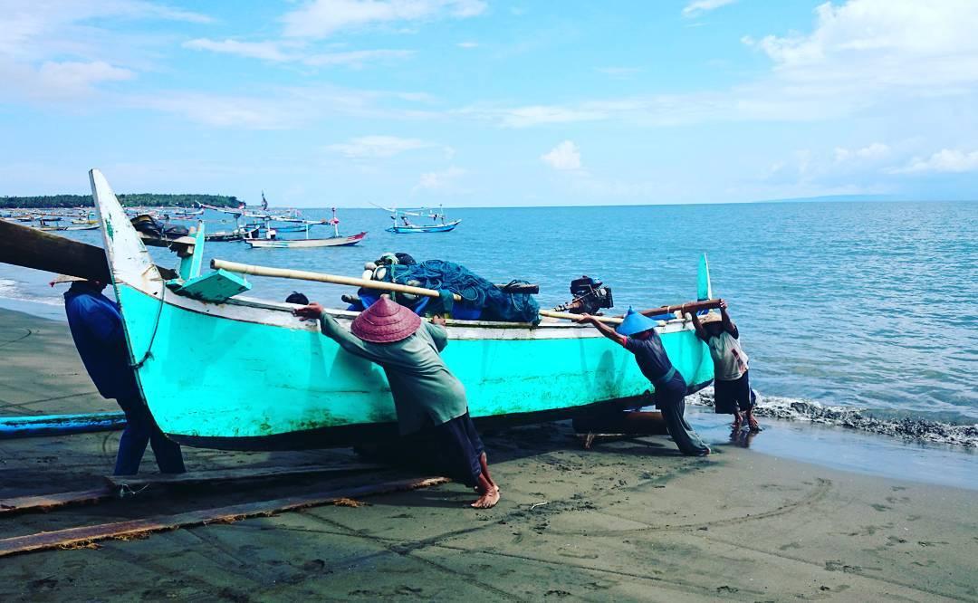 aktifitas nelayan di pantao pebuahan jembrana bali