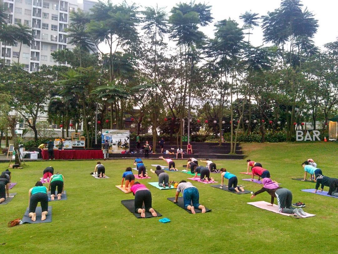 aktifitas yoga di scientia square park serpong tangerang