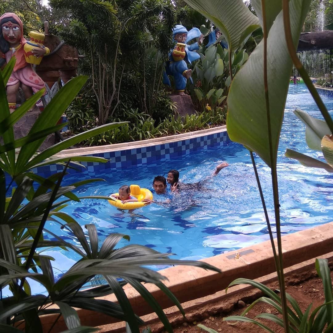 asyiknya berenang di kolam arus transera waterpark bekasi
