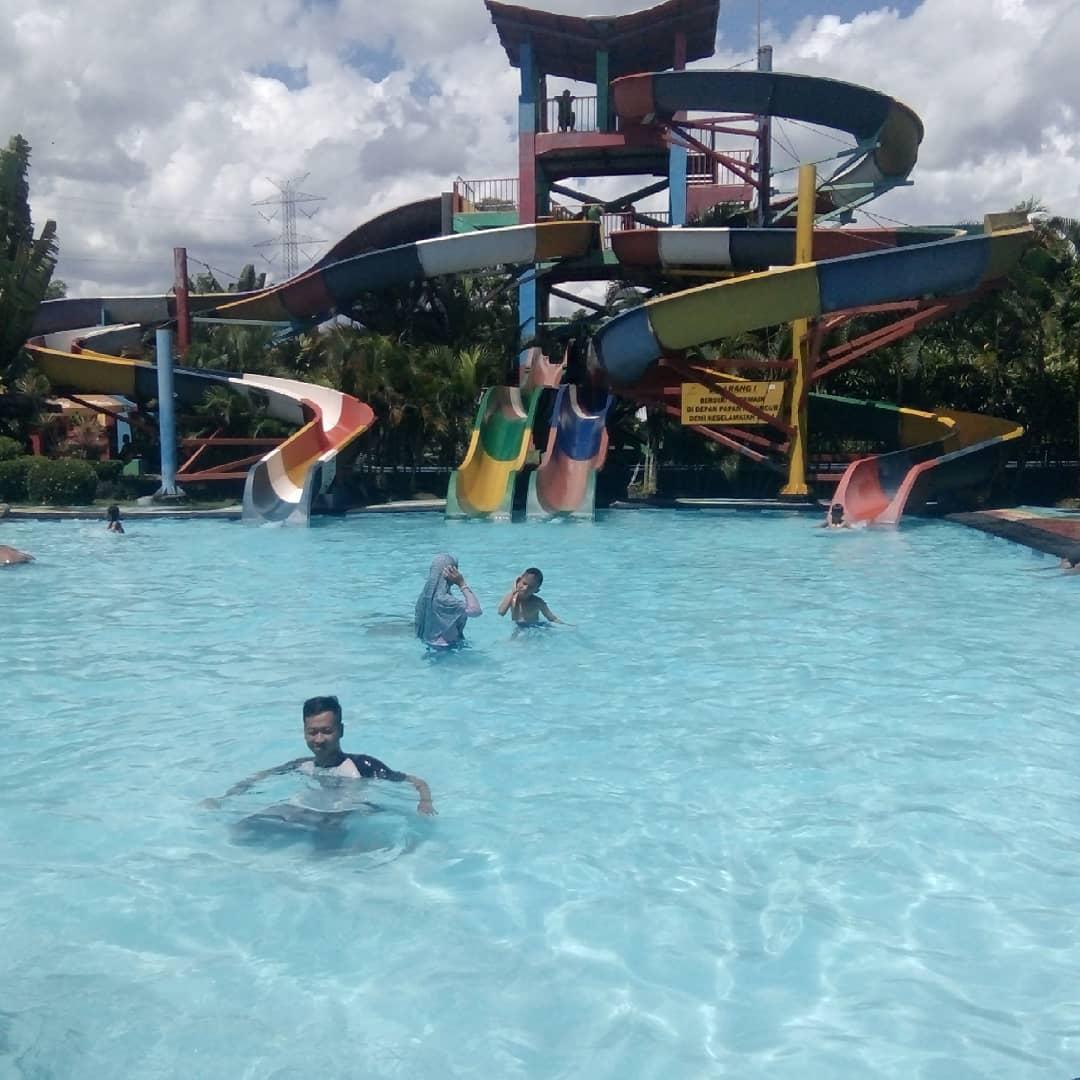asyiknya berenang di kolam renang grand puri waterpark gabusan bantul