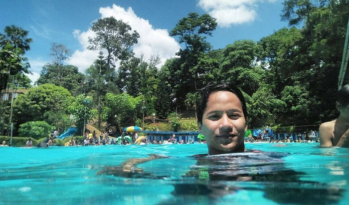 asyiknya berenang di kolam renang karang setra bandung
