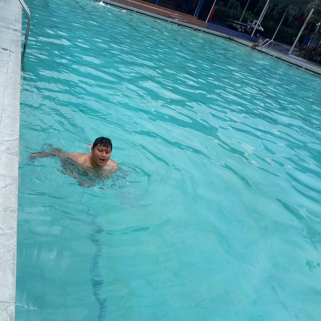 asyiknya berenang di kolam renang lembah dieng malang