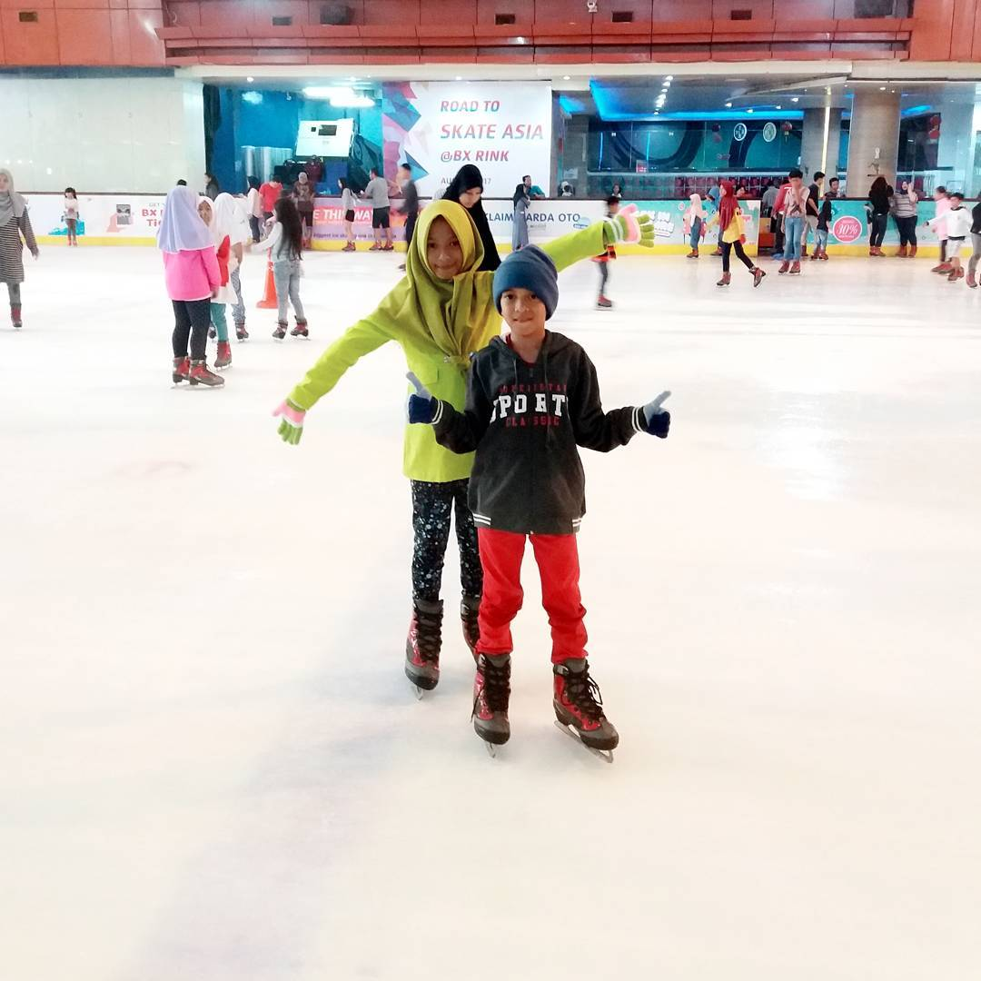 asyiknya bermain ice skating di bintaro tangerang selatan