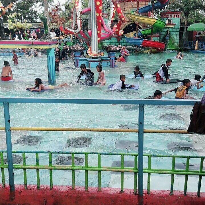 asyiknya liburan di cas waterpark cikole pandeglang banten