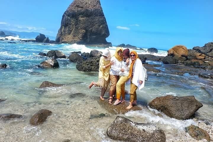 asyiknya liburan di pantai papuma jember