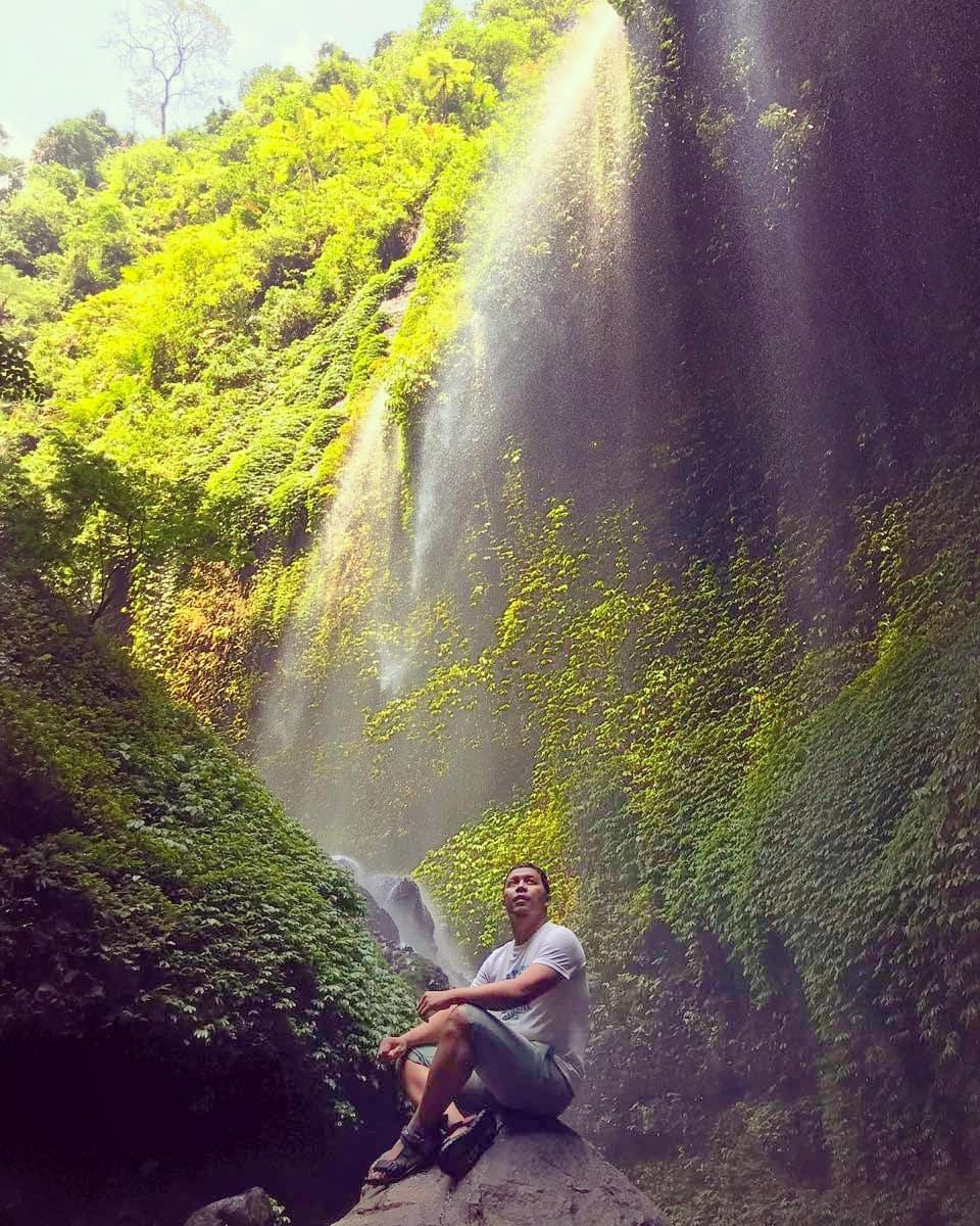 asyiknya liburan di wisata air terjun madakaripura probolonggo