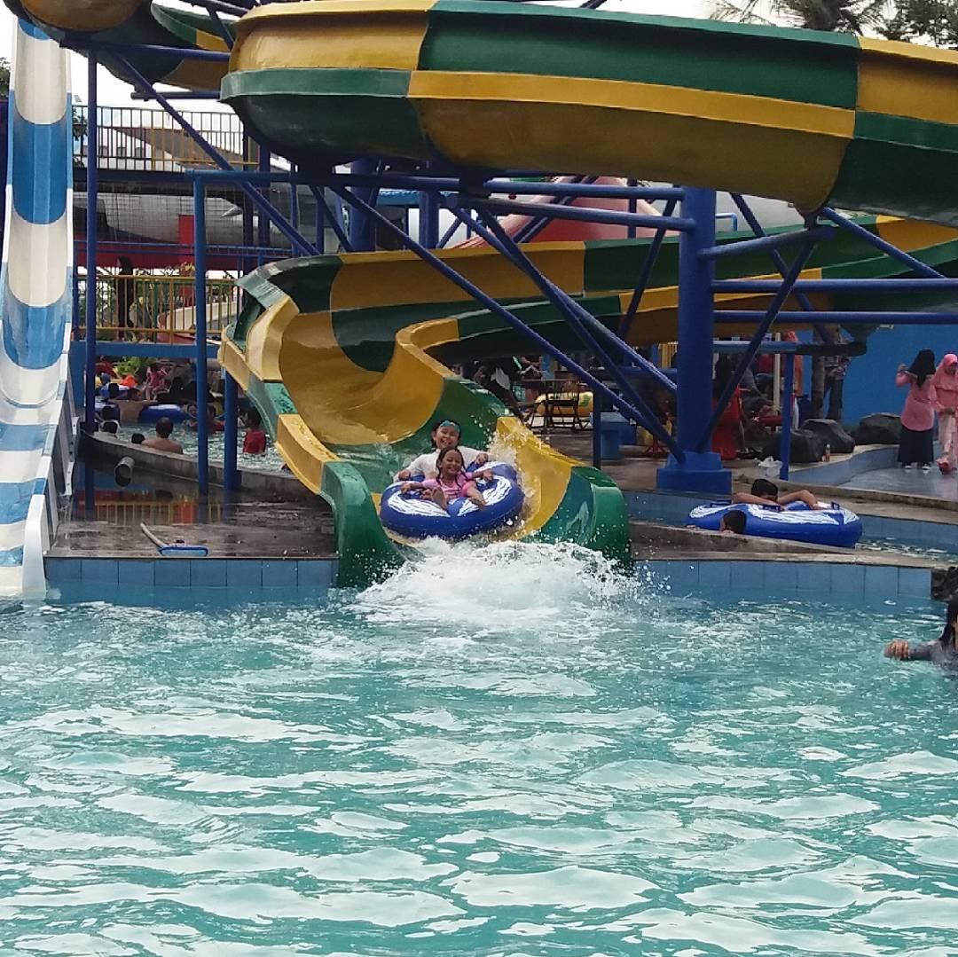 asyiknya menikmati wahana air di saygon waterpark