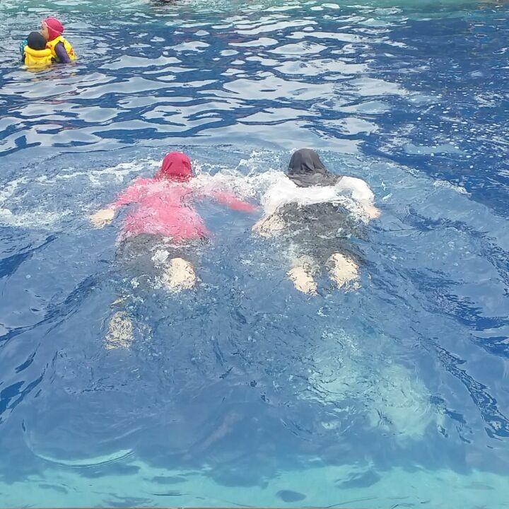 berenang di kolam renang situ gintung