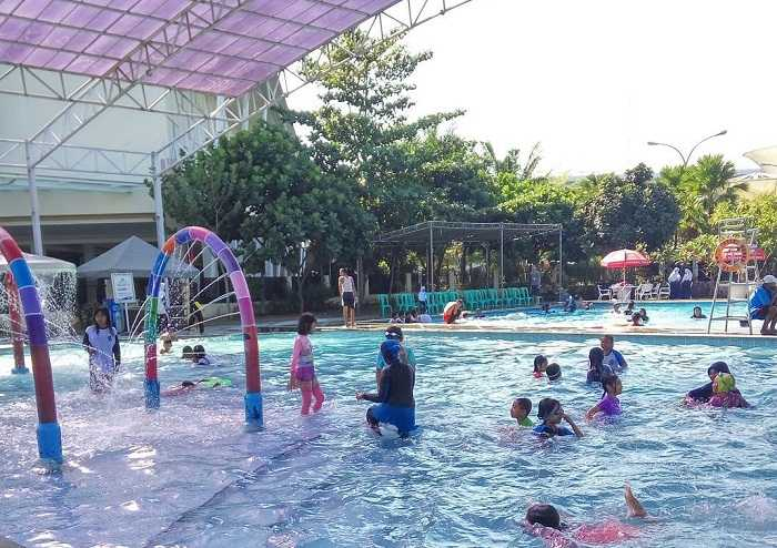 berenang di kolam renang waterboom grage city mall
