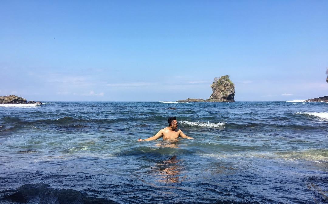 berenang di pantai licin