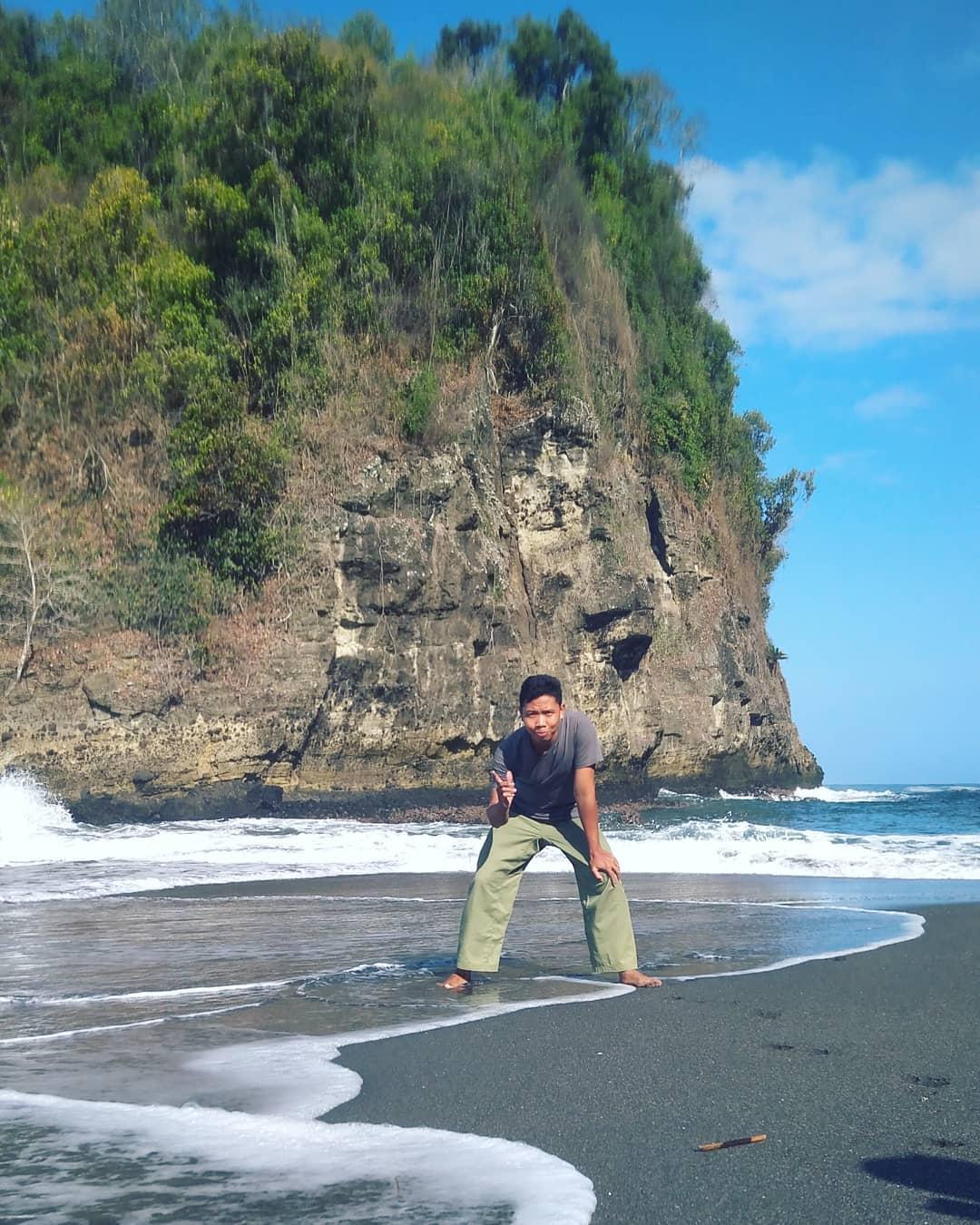 berfoto dengan background pemandangan pantai licin