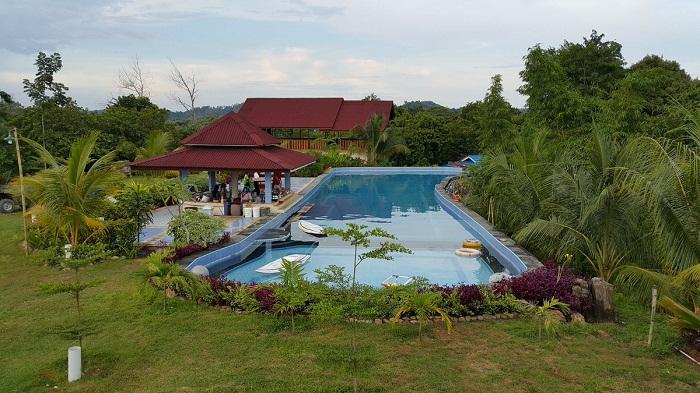 fasilitas kolam renang di dekotoz villa