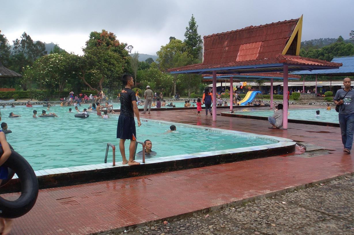 kolam renang air panas ciwalini