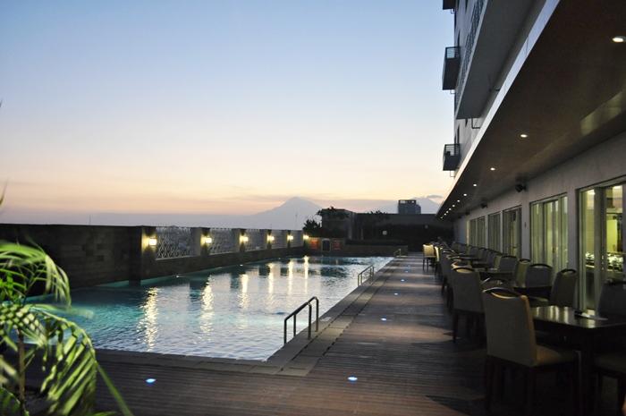 kolam renang aston solo hotel
