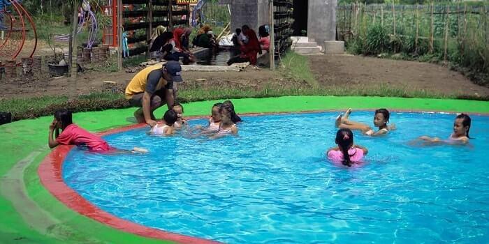 kolam renang di taman naura