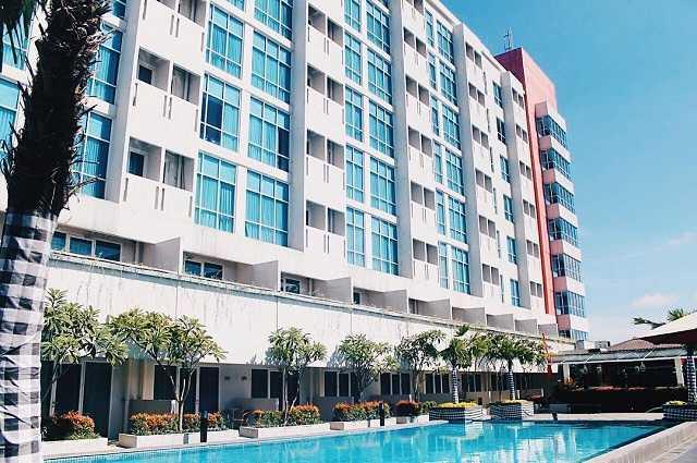 kolam renang hotel swiss belin malang