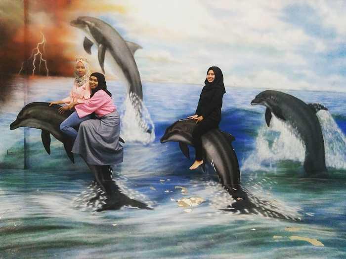 lukisan 3d naik lumba-lumba di the illusion bogor