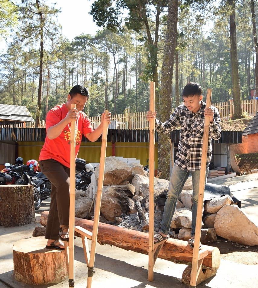 mencoba permainan tradisional di the lawu park tawangmangu karanganyar