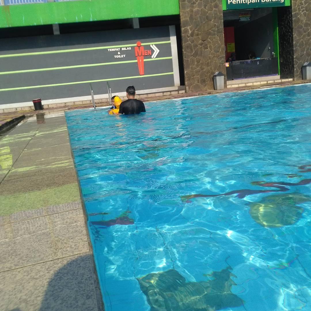 mengajari anak berenang di kolam renang zam zam tirta bogor