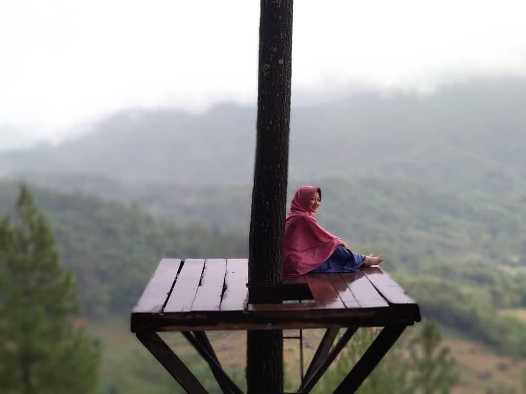 menikmati indahnya panorama alam dari atas gardu pandang bukit pentulu indah