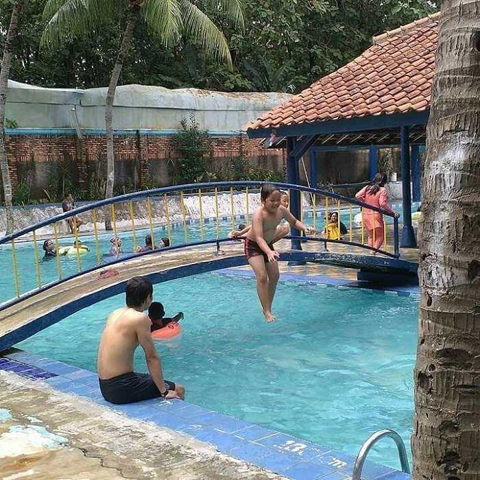 menikmati liburan di kolam renang hobi hobi
