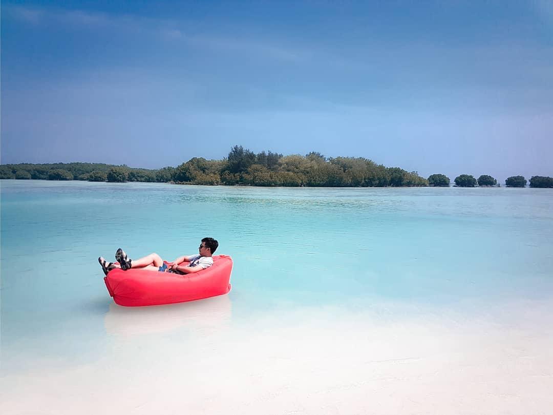 menikmati liburan di pantai pasir perawan pulau seribu kepulauan pari jakarta