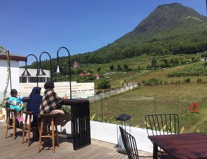menikmati panorama gunung panderman di cafe fifteen celsius sky lounge batu