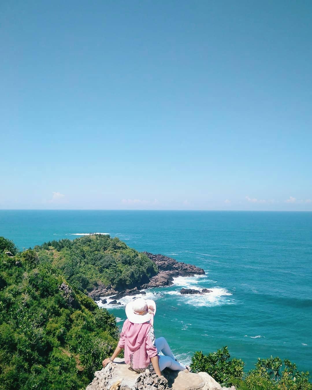 menikmati panorama pantai surumanis kebumen