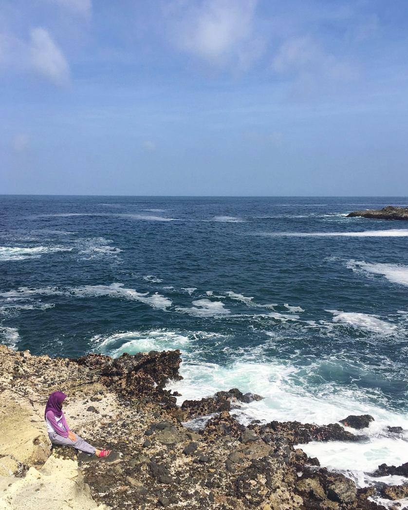 menikmati pesona keindahan pantai licin