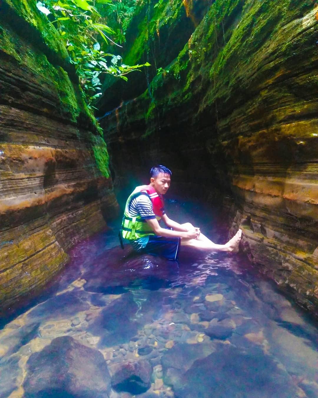 menikmati segarnya air sungai yang jernih di wisata curug putri tahura banten