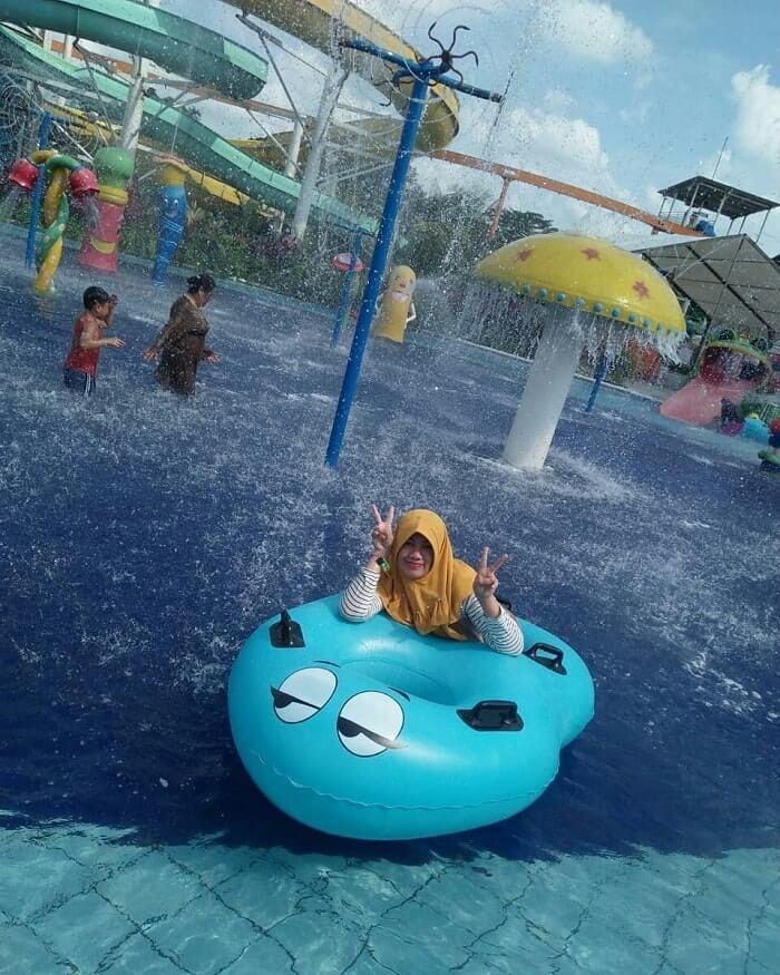 menikmati sensasi segarnya air kolam merci medan