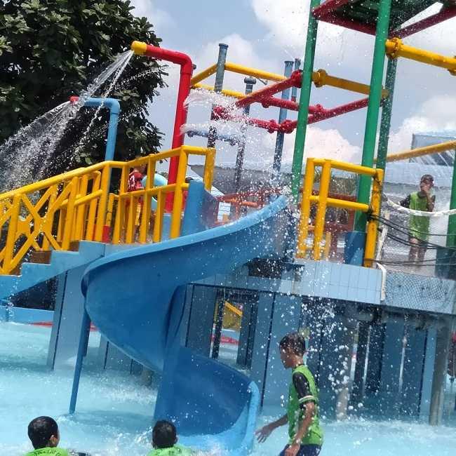 menikmati wahana air di kolam renang modernland