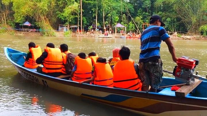 naik perahu mesin menelusuri sungai glugut