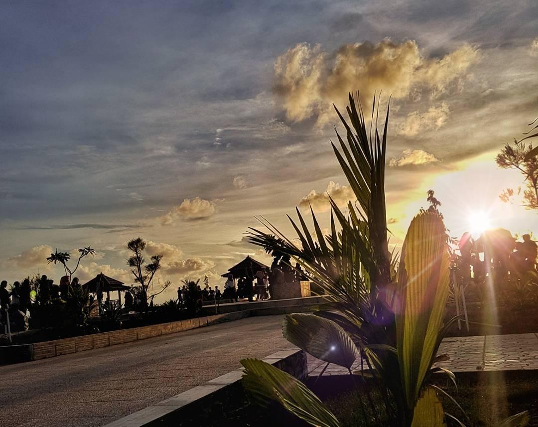 panorama sunset di pantai tope jawa