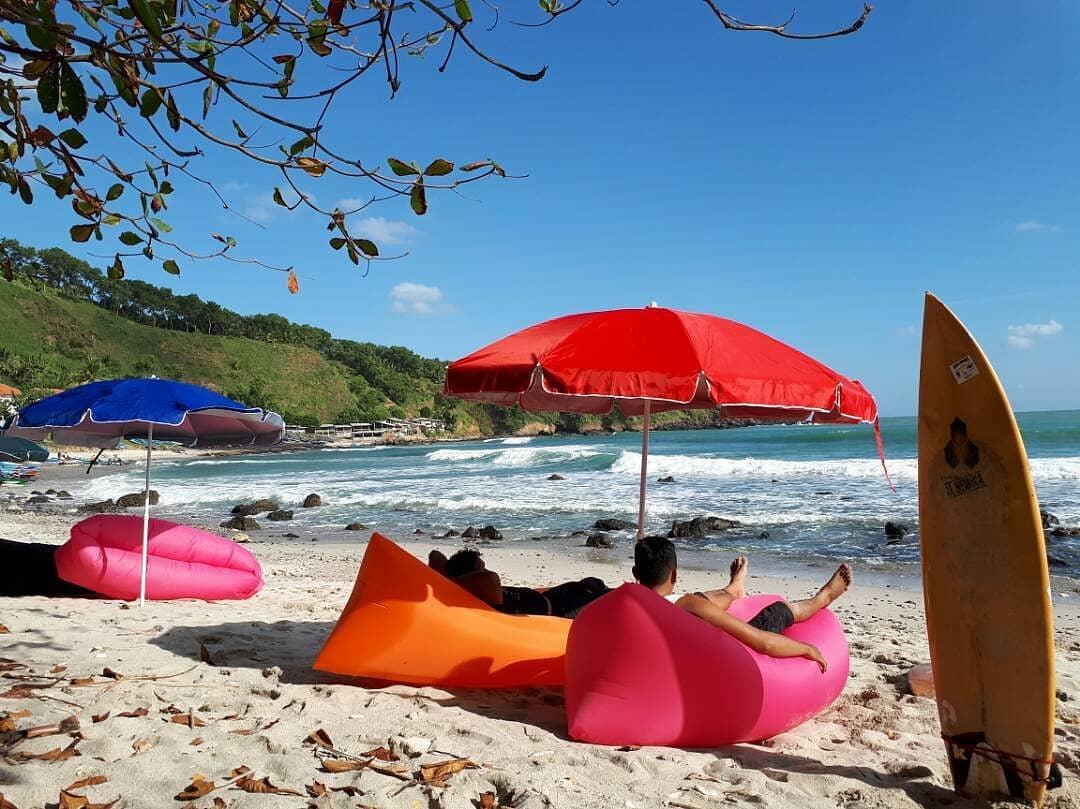 payung dan kasur angin di pantai menganti