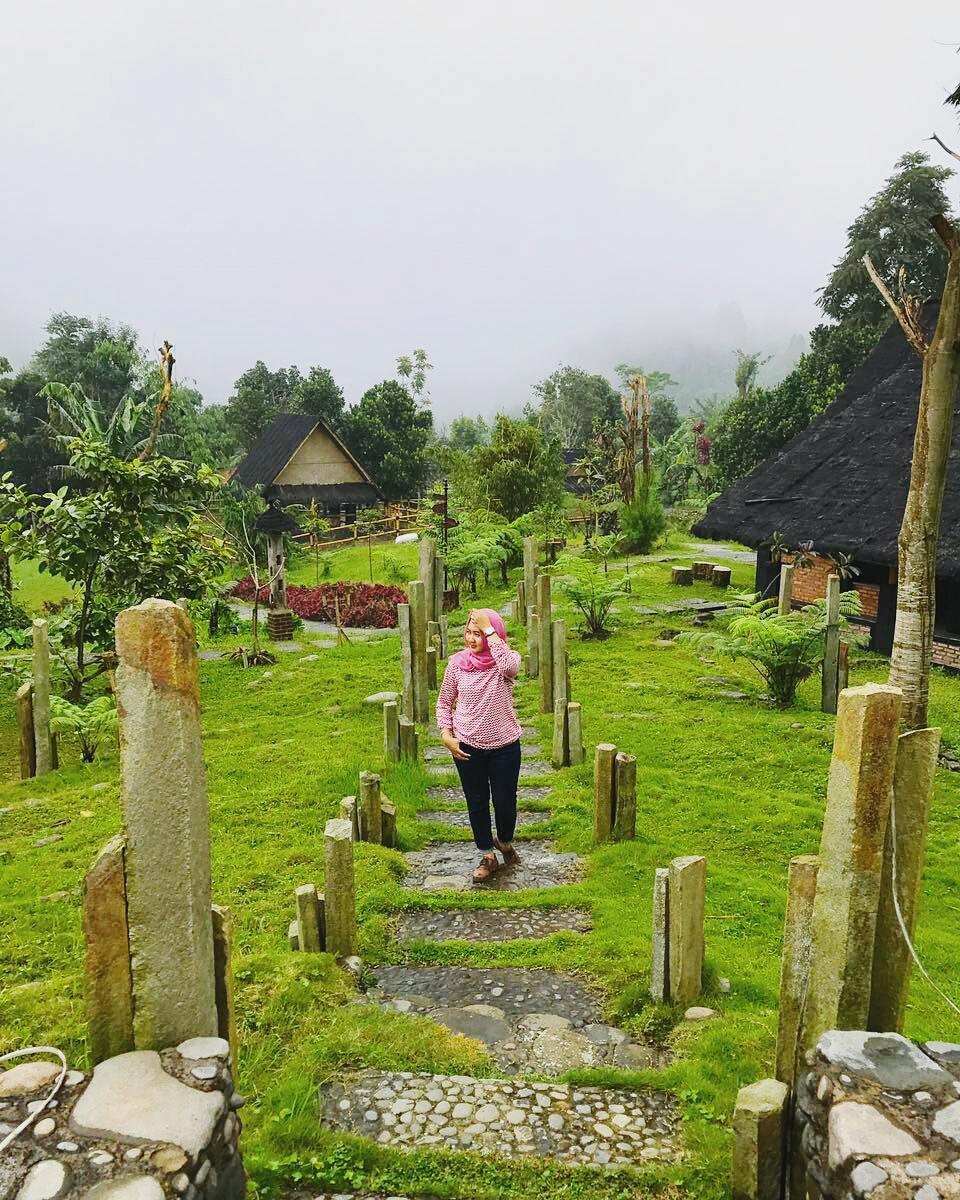 pemandangan taman di kampung budaya sunda paseban