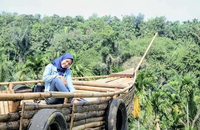 perahu bambu di sunflower garden medan