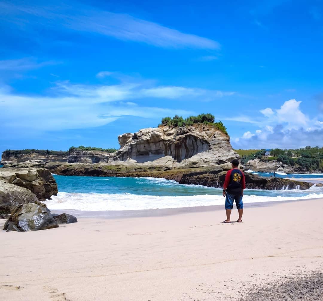 pesona keindahan pantai klayar