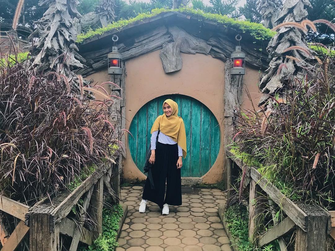 rumah hobbit lembang