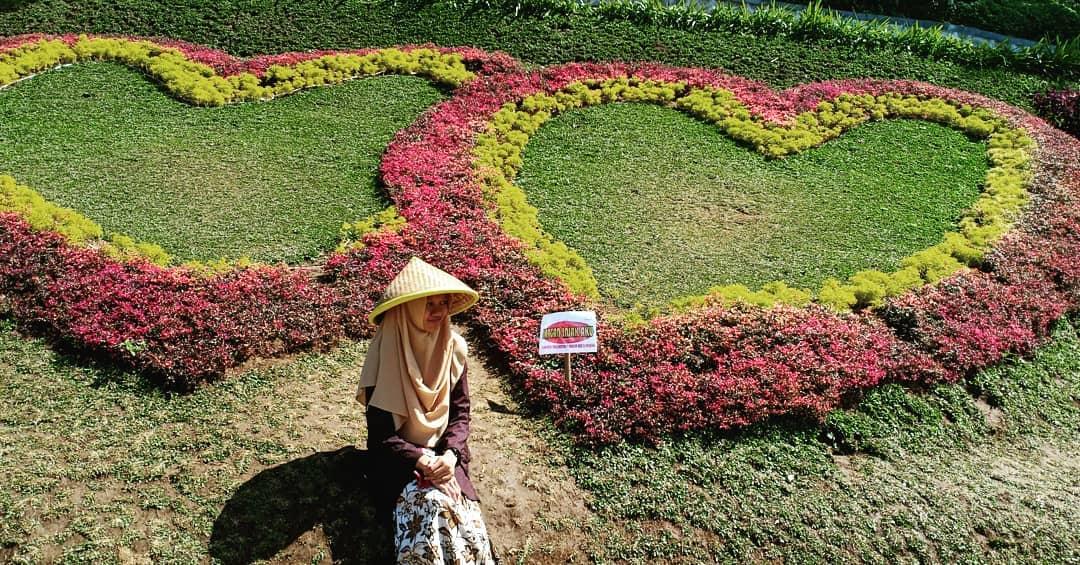 spot foto area taman bunga model love di caping park baturaden