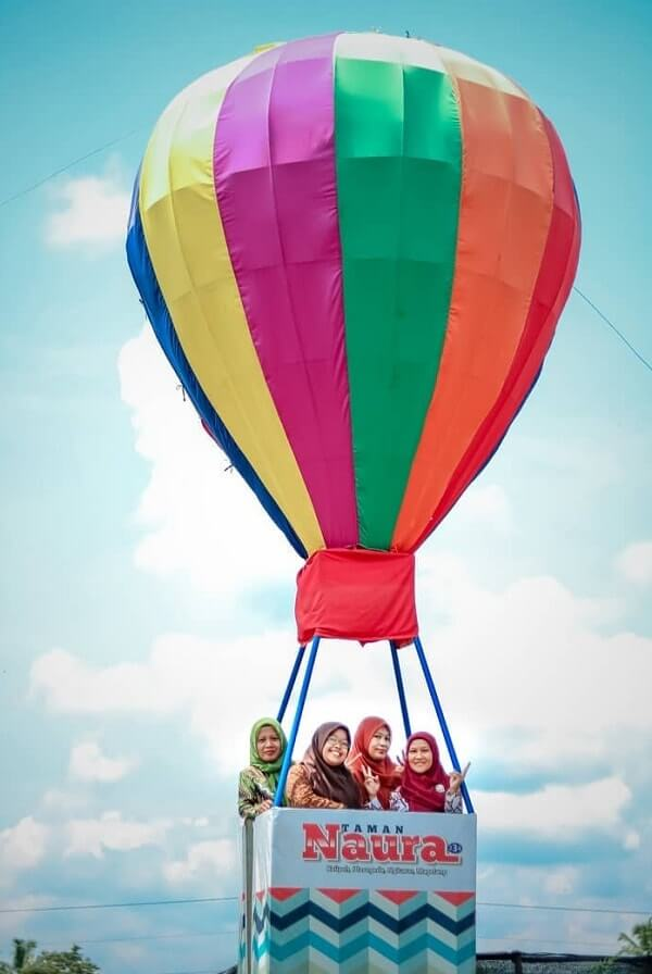 spot foto balon udara di taman naura