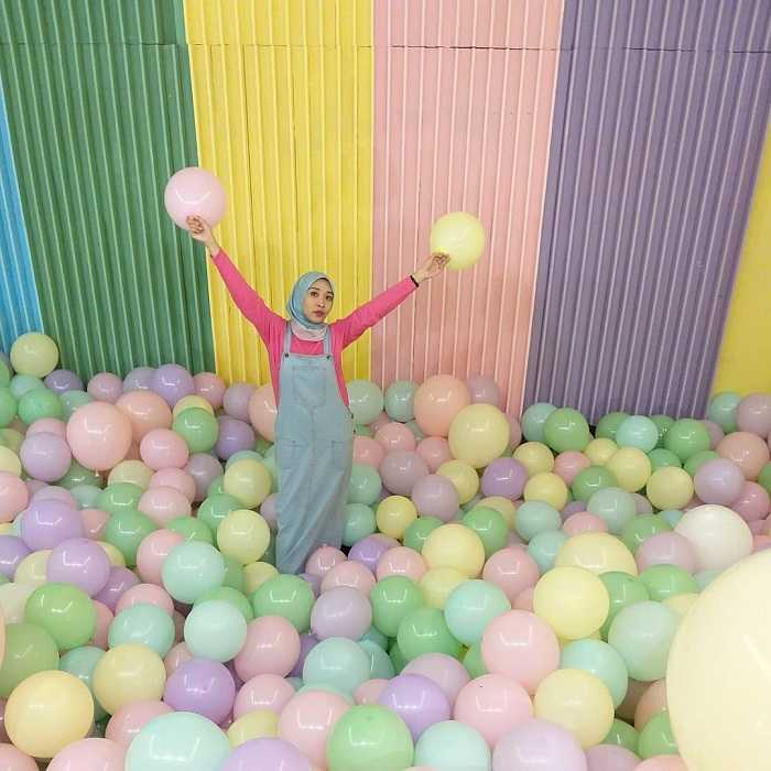 spot foto balon warna-warni di haluu world jakarta