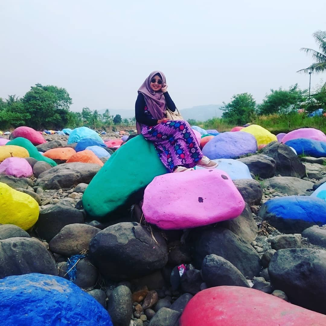 spot foto bebatuan warna-warni di cikao park purwakarta
