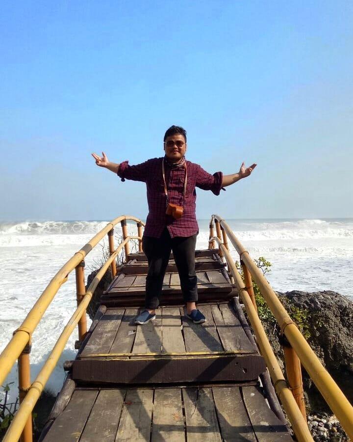 spot foto dek kayu model perahu di pantai surumanis kebumen
