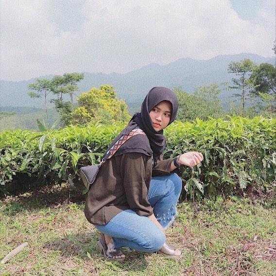 spot foto dengan background panorama kebun teh di wisata bakukung bogor
