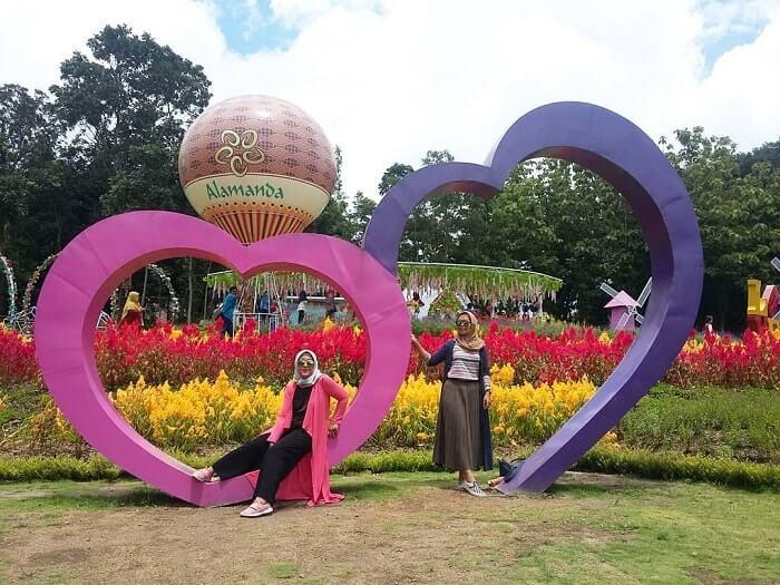 spot foto frame love di alamanda jogja flower garden