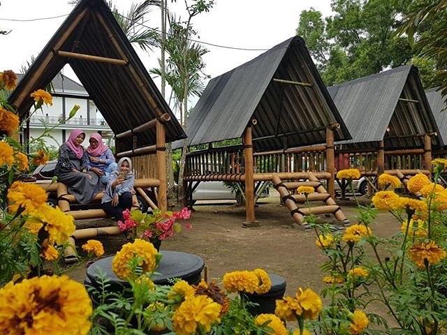 spot foto gazebo dan taman bunga di kebun bibit kediri